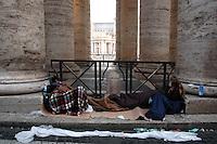 Stato della Città del Vaticano. Funerali di Papa Giovanni Paolo II. .Vatican City State. Funeral of Pope John Paul II..Fedeli dormono e si riposano vicino la Basilica di San Pietro.Faithful sleeping and resting near Saint Peter's Basilica.....