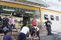 RIO DE JANEIRO, RJ, 14.02.2014 - CARGA ROUBADA DE CIGARROS - Dois suspeitos forao apreendidos na tarde desta quarta-feira ao transportar uma carga de cigarros proximo ao Shopping Sao Joao do Meriti na baixada Fluminense e encaminhadas para 64 DP. (Foto: Celso Barbosa / Brazil Photo Press).