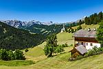 Italien, Suedtirol (Trentino - Alto Adige), Wengen: Blick von Altwengen ueber die spaetgotische Barbarakapelle zur Puez-Geisler-Gruppe (links) und rechts dem Gipfel Peitlerkofel (Sass de Putia) | Italy, South Tyrol (Trentino - Alto Adige), La Valle: view from Old-Wengen towards chapel Saint Barbara, at background Puez-Geisler-Group (left) and summit Peitlerkofel (Sass de Putia) (right)