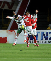 BOGOTA- COLOMBIA -04 -02-2014: Marlon Barrios (Der.) jugador de Independiente Santa Fe disputa el balón con Maximiliano Brito (Izq.) jugador de Patriotas FC en durante partido de la tercera fecha de la Liga Postobon I 2014, jugado en el Nemesio Camacho El Campin de la ciudad de Bogota. / Marlon Barrios (R) player of Independiente Santa Fe vies for the ball with Maximiliano Brito (L) player of Patriotas FC during a match for the thrid date of the Liga Postobon I 2014 at the Nemesio Camacho El Campin Stadium in Bogoto city. Photo: VizzorImage  / Luis Ramirez / Staff