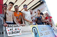 """Un momento del Gay Pride a Roma, 7 giugno 2014.<br /> Demonstrators attend the Gay Pride in Rome, 7 June 2014. The sign at left reads """"Kiss me. I need it"""".<br /> UPDATE IMAGES PRESS/Riccardo De Luca"""