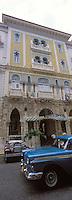 """Cuba/La Havane: Façade de style mauresque de l'hôtel """"Sévilla"""" Trocadero N°55 Prado et vieille voiture américaine"""