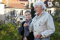 SARAH BIASINI (LA FILLE DE ROMY SCHNEIDER), HUGUES AUFRAY - ASSISTE AUX VENDANGES DE MONTMARTRE A PARIS, FRANCE, LE 14/10/2017.