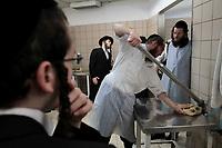 Haredi Jews prepare Matzot for Passover, Jerusalem, Mayo 2012.