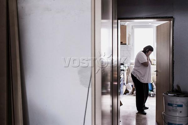 Mutter in der Kueche ihrer Wohnung, Hartz IV, Bochum<br /> *** HighRes auf Anfrage *** Voe nur nach Ruecksprache mit dem Fotografen *** Sonderhonorar ***<br /> <br /> <br /> Engl.: Europe, Germany, Bochum, unemployment benefit, Hartz IV, unemployed, unemployment, poverty, poor, social benefits, mother in the kitchen, flat, woman, portrait, 20 June 2012<br /> <br /> ***Highres on request***publication only after consultation with the photographer***special fee***