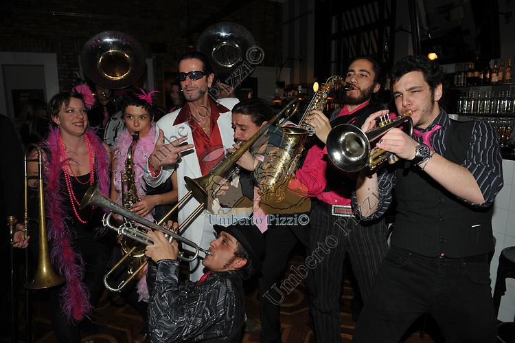 MASSIMO MARINO CON I MUSICISTI<br /> CINQUANTESIMO COMPLEANNO DI MASSIMO MARINO<br /> MOMO REPUBLIC ROMA 2010