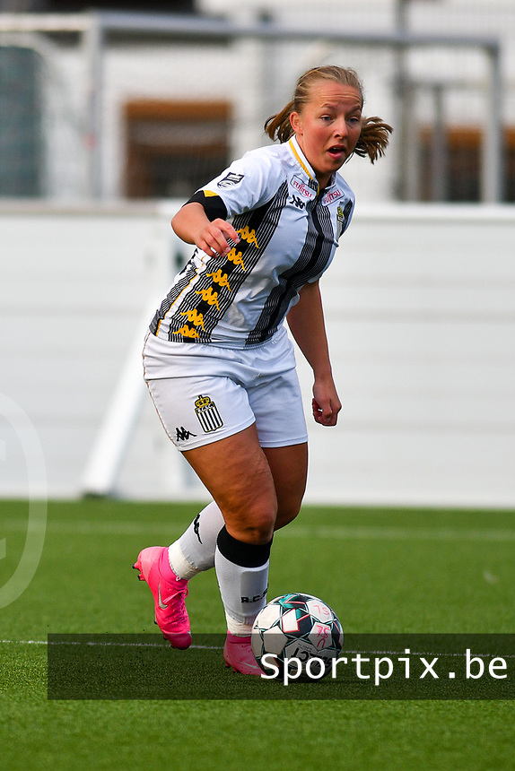 Megane Vos (20) of Sporting Charleroi with the ball   during a female soccer game between Sporting Charleroi and KRC Genk on the 4 th matchday in play off 2 of the 2020 - 2021 season of Belgian Scooore Womens Super League , friday 30 th of April 2021  in Marcinelle , Belgium . PHOTO SPORTPIX.BE | SPP | Jill Delsaux
