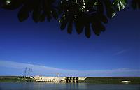 """hidrelÈtrica de Balbina, rio Uatum""""<br /> Presidente Figueiredo, Amazonas, Brasil<br /> 12/ 2003<br /> Foto Marcelo Lourenço<br /> <br /> A Usina Hidrelétrica de Balbina está localizada no rio Uatumã (Bacia Amazônica), município brasileiro de Presidente Figueiredo, precisamente no distrito de Balbina, no estado do Amazonas.<br /> <br /> Cada uma das 5 unidades geradoras tem capacidade de geração de até 55 MW de energia elétrica, totalizando 275 MW.<br /> <br /> A usina é criticada por ter um alto custo e ter causado o maior desastre ambiental da história do Brasil.1"""