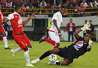 BOGOTA - COLOMBIA, 12-01-2019: Fabio Burbano (Izq) Jugador del Independiente Santa Fé disputa balón con Carlos Bejarano (Der) arquero del America de Cali, durante partido entre Santa Fé y America de Cali, por el Torneo Fox Sports 2019, jugado en el estadio Nemesio Camacho El Campin de la ciudad de Bogotá. /Fabio Burbano (L) player of Independiente Santa Fé vies for the ball with Carlos Bejarano (R) goalkeeper of America de Cali during a match between Santa Fé y America de Cali, for the Fox Sports Tournament 2019, played at the Nemesio Camacho El Campin stadium in the city of Bogota. Photo: VizzorImage / Diego Cuevas / Cont.