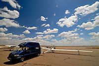 Flugplatz Moriarty: AMERIKA, VEREINIGTE STAATEN VON AMERIKA, NEW MEXICO,  (AMERICA, UNITED STATES OF AMERICA), 29.04.2011: 20. Jahrhundert, 20th century,  art, Aerial, Aerial image, Aerial photo, Aerial Photograph, Aerial Photography, Aerial picture, Aerial View, Aerial Views,  America, Amerika, Art, Aussen, Aussenansicht,  Bird eye, Blick von oben,  Country, Country-side, Countryside, Culture, Cultures, Draussen, Fine Art,  Form, From above,  Gegend,  Landscape, Landscapes, Landschaft, Landschaften,  Luftansicht, Luftaufnahme, Luftaufnahmen, Luftbild, Luftbilder, Luftbildfotografie, Luftbildfotografien, Luftbildphotografie, Luftbildphotografien, Luftfoto, Luftfotos, Luftphoto, Luftphotos, Neu, Neue, Neuer, Neues, New, new Mexico, new mexiko, Outdoor, Outdoor, Life Outdoor, view Outdoors, Outside, Outsides, Outward, Perspective, United States United States of America, USA, Vereinigte Staaten Vereinigte Staaten von Amerika, Vogelperspektive, Vogelperspektiven,  Wueste, Sand, sandig, oestlich des Rio Grande, Wueste,  USA, Vereinigte, Staaten, von Amerika, US, New Mexico, Mexiko, Wueste, trocken, vertrocknet, ausgetrocknet, Duerre, Landschaft, Landschaften, natur, Weite, endlos, Flugzeug, Segelflugzeug, Technik, Fliegerei, fliegen, Flieger, Segelflug, Flugplatz Moriaty, Vorfeld, Piste, Landebahn, warten auf den Start, ASH 26