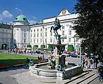 Austria, Tyrol, Innsbruck: Leopold fountain and Hofburg at old town | Oesterreich, Tirol, Innsbruck: Leopoldbrunnen und Hofburg in der Altstadt