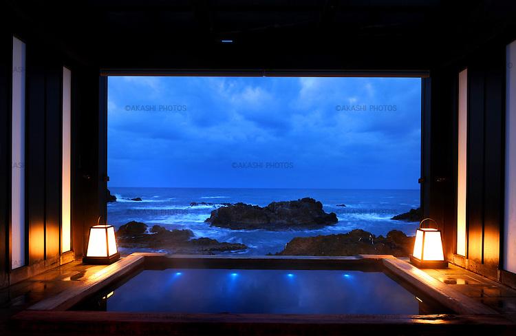 Private Hot spring bath with a view of the Sea of Japan in Lamp no Yado, luxurious Japanese ryokan, located on the tip of Noto Peninsula.<br /> <br /> Bain thermal privé avec vue sur la mer du Japon à Lamp no Yado, luxueux ryokan japonais, situé sur la pointe de la péninsule de Noto.