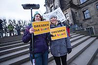 Etwa 2.000 Menschen protestierten am Sonntag den 25. Januar 2015 in Dresden gegen einen Aufmarsch der rechten Pegida-Dresden. Die Rechten hatten sich mit ueber 10.000 Anhaengern vor der Semper-Oper versammelt, unter ihnen etliche militante Hooligans und Neonazis aus dem ganzen Bundesgebiet sowie Rechte, die eigens aus Belgien und Daenemark angereist waren. Hooligans mit Ordnerbinden kooperierten nach Polizeiangaben mit den Beamten und kontrollierten die Presseausweise von Medienvertretern.<br /> 25.1.2015, Dresden<br /> Copyright: Christian-Ditsch.de<br /> [Inhaltsveraendernde Manipulation des Fotos nur nach ausdruecklicher Genehmigung des Fotografen. Vereinbarungen ueber Abtretung von Persoenlichkeitsrechten/Model Release der abgebildeten Person/Personen liegen nicht vor. NO MODEL RELEASE! Nur fuer Redaktionelle Zwecke. Don't publish without copyright Christian-Ditsch.de, Veroeffentlichung nur mit Fotografennennung, sowie gegen Honorar, MwSt. und Beleg. Konto: I N G - D i B a, IBAN DE58500105175400192269, BIC INGDDEFFXXX, Kontakt: post@christian-ditsch.de<br /> Bei der Bearbeitung der Dateiinformationen darf die Urheberkennzeichnung in den EXIF- und  IPTC-Daten nicht entfernt werden, diese sind in digitalen Medien nach §95c UrhG rechtlich geschuetzt. Der Urhebervermerk wird gemaess §13 UrhG verlangt.]