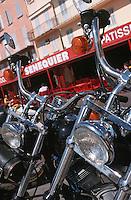Europe/France/Provence-Alpes-Côte d'Azur/83/Var/Saint-Tropez: Détail motos devant la terrasse de Senequier sur le port
