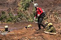 BRUMADINHO, MG, 30.01.2019: ROMPIMENTO DA BARRAGEM EM BRUMADINHO. Bombeiros trabalham na escavação no local onde se encontram soterrados dois onibus,  apos desastre ambiental na represa da Cia Vale, em Corrego do Feijao-Brumadinho, região metropolina de Belo Horizonte, MG, na manhã desta quarta feira (30) (foto Giazi Cavalcante/Codigo19)
