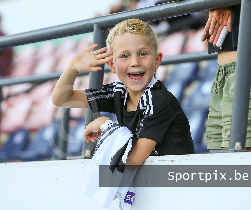 Young supporter pictured before a female soccer game between Oud Heverlee Leuven and Standard Femina de Liege on the third matchday of the 2021 - 2022 season of Belgian Womens Super League , Sunday 5 th of September 2021  in Leuven , Belgium . PHOTO SPORTPIX.BE | SEVIL OKTEM