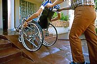 Deficiente físico em cadeira de rodas. São Paulo. 1988. Foto de Daniel Augusto Jr.