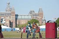 AMSTERDAM-HOLANDA-  Dos mujeres de ascendencia musulmana toman el sol durante los primeros días de la primavera en un parque de la ciudad./ Two young women sunning during the spring first days in a city park. Photo: VizzorImage/STR