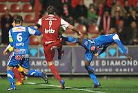 KV Kortrijk - KRC Genk : Derrick Tshimanga plant zijn voet in de zij van Dalibor Veselinovic.foto VDB / BART VANDENBROUCKE