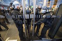 """Bis zu 2500 Anhaenger der Rechtspartei """"Alternative fuer Deutschland"""" (AfD) versammelten sich am Samstag den 7. November 2015 in Berlin zu einer Demonstration. Sie protestierten gegen die Fluechtlingspolitik der Bundesregierung und forderten """"Merkel muss weg"""". Die Demonstration sollte der Abschluss einer sog. """"Herbstoffensive"""" sein, zu der urspruenglich 10.000 Teilnehmer angekuendigt waren.<br /> Mehrere tausend Menschen protestierten gegen den Aufmarsch der Rechten und versuchten an verschiedenen Stellen die Route zu blockieren. Gruppen von AfD-Anhaengern wurden von der Polizei durch Einsatz von Pfefferspray, Schlaege und Tritte durch Gegendemonstranten, die sich an zugewiesenen Plaetzen aufhielten, zur rechten Demonstration gebracht. Zum Teil wurden sie von Neonazis-Hooligans dabei angefeuert. Dabei kam es zu Verletzten, mehrere Gegendemonstranten wurden festgenommen.<br /> Im Bild: Polizeibeamte verhindern die Abreise von Gegendemonstranten am Berliner Hauptbahnhof.<br /> 7.11.2015, Berlin<br /> Copyright: Christian-Ditsch.de<br /> [Inhaltsveraendernde Manipulation des Fotos nur nach ausdruecklicher Genehmigung des Fotografen. Vereinbarungen ueber Abtretung von Persoenlichkeitsrechten/Model Release der abgebildeten Person/Personen liegen nicht vor. NO MODEL RELEASE! Nur fuer Redaktionelle Zwecke. Don't publish without copyright Christian-Ditsch.de, Veroeffentlichung nur mit Fotografennennung, sowie gegen Honorar, MwSt. und Beleg. Konto: I N G - D i B a, IBAN DE58500105175400192269, BIC INGDDEFFXXX, Kontakt: post@christian-ditsch.de<br /> Bei der Bearbeitung der Dateiinformationen darf die Urheberkennzeichnung in den EXIF- und  IPTC-Daten nicht entfernt werden, diese sind in digitalen Medien nach §95c UrhG rechtlich geschuetzt. Der Urhebervermerk wird gemaess §13 UrhG verlangt.]"""
