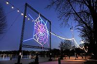 Nederland  Amsterdam   17- 01- 2021.  Amsterdam Light Festival. Labyrinth spider web. Over Luchtkwaliteit. Een gigantische spin weeft een lichtgevend web, vol met informatie. Kunstenaar Katie Urban laat in haar spinnenweb, waarvan de vorm is gebaseerd op de plattegrond van Amsterdam, zien hoe de luchtkwaliteit in de verschillende delen van de stad is veranderd tijdens de coronacrisis. De data die ze daarvoor gebruikt heeft zijn verzameld en in kaart gebracht door de GGD Amsterdam.  Foto : ANP/ HH / Berlinda van Dam
