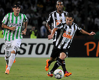 MEDELLÍN -COLOMBIA-23-04-2014. Alejandro Bernal (Izq) de Atlético Nacional de Colombia disputa balon con Leandro Donizete (Der) de Atlético Mineiro de Brasil durante el partido por los octavos de final de la Copa Libertadores de América 2014 jugado en el estadio Atanasio Girardot de Medellín, Colombia./ Alejandro Bernal (L) player of Atletico Nacional of Colombia battles for the ball with Leandro Donizete (R) of Atletico Mineiro de Brazil during  first leg match for the knockout stages of the Copa Libertadores championship 2014 played at Atanasio Girardot stadium in Medellin, Colombia. Photo: VizzorImage/ Luis Ríos /STR