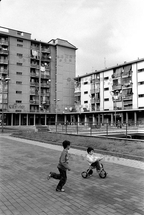 Milano, quartiere Quarto Oggiaro, periferia nord. Bambini in piazzetta Capuana --- Milan, Quarto Oggiaro district, north periphery. Kids in Capuana square