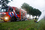 Foto: VidiPhoto<br /> <br /> VALBURG – Vrijwilligers van de Valburgse brandweer controleren maandagavond een van de geboorde brandweerputten in het dorp. Door de droogte bestaat de kans dat de grondwaterstand zakt en de filters in de buis verstopt raken door zand en grint. In dat geval moet er een (kostbare) nieuwe put geboord worden. Valburg telt naast de reguliere brandkranen, zo'n vijftien grondwaterputten die iedere zomer worden gecontroleerd. Dat gebeurt met een waterkanon die maximaal 2000 liter per minuut kan spuiten. Officieel mag het grondwaterpeil niet zakken. Waterschap Rivierenland houdt dat in de gaten.