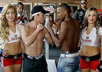"""SAN LUIS POTOSÍ - MÉXICO. 16-11-2013. Aspecto de la pelea entre el colombiano José Carmona (Der.) y el mexicano Jorge """"travieso"""" Arce (Izq.) en donde el primero perdió por KO y que le produjo un hematoma por el cual fue intervenido de urgencia e inducido acoma preventivo. La pelea se realizo en San Luis Potosí en México./ Aspecto of the fight between colombian boxer Jose Carmona (R) and Jorge """"Travieso"""" Arce (L) where the first lost by KO and finished with hematoma in the head; he was operated and induced to preventative coma. The fight was made in San Luis Potosi, Mexico Photo: VizzorImage/ Jam Media/CONT"""