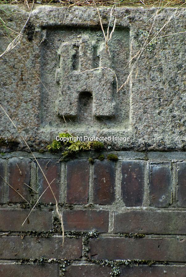 Hamburg Wappen: EUROPA, DEUTSCHLAND, HAMBURG, (EUROPE, GERMANY), 27.08.2007: Deutschland, Hamburg, Wappen, Stadt, Stadtstaat, Symbol, Symbolfoto, Symbolbild, Symbolik, Granit, in Stein gehauen, historisch, alt, verwittert Stadtwappen  Aufwind-Luftbilder..c o p y r i g h t : A U F W I N D - L U F T B I L D E R . de.G e r t r u d - B a e u m e r - S t i e g 1 0 2, .2 1 0 3 5 H a m b u r g , G e r m a n y.P h o n e + 4 9 (0) 1 7 1 - 6 8 6 6 0 6 9 .E m a i l H w e i 1 @ a o l . c o m.w w w . a u f w i n d - l u f t b i l d e r . d e.K o n t o : P o s t b a n k H a m b u r g .B l z : 2 0 0 1 0 0 2 0 .K o n t o : 5 8 3 6 5 7 2 0 9.C o p y r i g h t n u r f u e r j o u r n a l i s t i s c h Z w e c k e, keine P e r s o e n l i c h ke i t s r e c h t e v o r h a n d e n, V e r o e f f e n t l i c h u n g  n u r  m i t  H o n o r a r  n a c h M F M, N a m e n s n e n n u n g  u n d B e l e g e x e m p l a r !.
