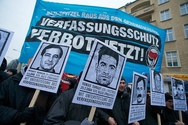 Antifaschistische Demonstration zum Gedenken an ermordeten Antifaschisten.<br /> 4-5000 Menschen demonstrierten am Samstag den 19.11.2011 in Berlin anlaesslich des 19. Jahrestages der Ermodung des Antifaschisten Sivio Meier. Meyer wurde im November 1992 von berliner Neonazis im U-Bahnhof Samariterstrasse erstochen.<br /> Im Bild: Demonstranten halten Plakate mit Portraits der Opfer der Morde der Neonaziterroristenorganisation NSU.<br /> 19.11.2011, Berlin<br /> Copyright: Christian-Ditsch.de<br /> [Inhaltsveraendernde Manipulation des Fotos nur nach ausdruecklicher Genehmigung des Fotografen. Vereinbarungen ueber Abtretung von Persoenlichkeitsrechten/Model Release der abgebildeten Person/Personen liegen nicht vor. NO MODEL RELEASE! Nur fuer Redaktionelle Zwecke. Don't publish without copyright Christian-Ditsch.de, Veroeffentlichung nur mit Fotografennennung, sowie gegen Honorar, MwSt. und Beleg. Konto: I N G - D i B a, IBAN DE58500105175400192269, BIC INGDDEFFXXX, Kontakt: post@christian-ditsch.de<br /> Bei der Bearbeitung der Dateiinformationen darf die Urheberkennzeichnung in den EXIF- und  IPTC-Daten nicht entfernt werden, diese sind in digitalen Medien nach §95c UrhG rechtlich geschuetzt. Der Urhebervermerk wird gemaess §13 UrhG verlangt.]