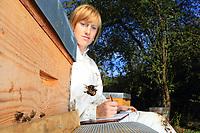 The apiculturist Lucie Hotier testing a protective claw against the Asian hornet.<br /> CNRS. Université Paul Sabatier. Toulouse, France. Test de griffe de protection contre les frelons asiatiques par l'apicultrice Lucie Hotier.