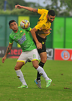 BARRANCABERMEJA- COLOMBIA - 23 - 07 -2016: Carlos Ramirez (Der.) jugador de Alianza Petrolera, disputa el balón con Alcides Peña (Izq.) jugador de Atletico Bucaramanga, durante partido Alianza Petrolera y Atletico Bucaramanga, por la fecha 5 por la Liga Aguila II 2016 en el estadio Daniel Villa Zapata en la ciudad de Barrancabermeja. / Carlos Ramirez (R) player of Alianza Petrolera, figths the ball with Alcides Peña (L) player of Atletico Bucaramanga, during a match between Alianza Petrolera and Atletico Bucaramanga, for date 5 of the Liga Aguila II 2016 at the Daniel Villa Zapata stadium in Barrancabermeja city. Photo: VizzorImage  / Jose D Martinez / Cont.