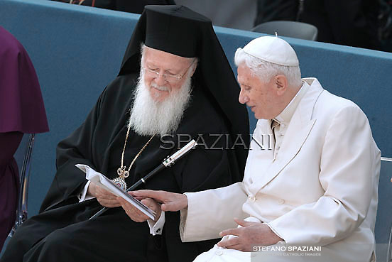 """the archbishop of Constantinople Bartelomeo I, Pope Benedict XVI, during the day the 25th Interreligious talks, a """"journey of reflection, dialogue and prayer for peace and justice in the world"""" held in St. Francis of Assisi's birthplace,  October 27, 2011 in Assisi.Italy"""