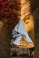 Europe/France/Aquitaine/24/Dordogne/Périgord/Monpazier: La place centrale et le clocher de l'église (XIIIème-XIVème)