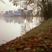 Europe/France/89/Bourgogne/Yonne/Joigny: Brumes matinales sur la vallée de l'Yonne & le port fluvial avec ses house-boat