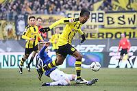 Fabian Holland (SV Darmstadt 98) trennt Pierre-Emerick Aubameyang (Borussia Dortmund) vom Ball - 11.02.2017: SV Darmstadt 98 vs. Borussia Dortmund, Johnny Heimes Stadion am Boellenfalltor