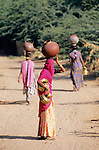 India, Rajasthan, near Udaipur: Local women carrying baskets on heads | Indien, Rajasthan, bei Udaipur: junge Frauen tragen Wasserkruege auf den Kopf
