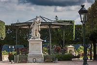 France, Aquitaine, Pyrénées-Atlantiques, Béarn, Pau : Statue d'Henri IV, et le kiosque à musique, Place Royale //  France, Pyrenees Atlantiques, Bearn, Pau: Statue of Henri IV, and the bandstand, Place Royale