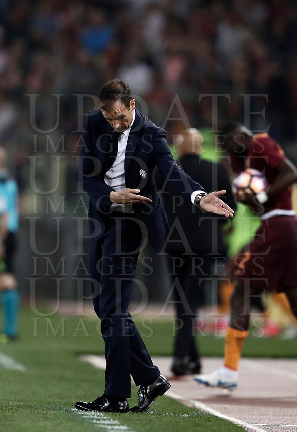 Calcio, Serie A: Roma, stadio Olimpico, 14 maggio 2017.<br /> Juventus' coach Massimiliano Allegri gestures to his players during the Italian Serie A football match between AS Roma and Juventus at Rome's Olympic stadium, May 14, 2017.<br /> UPDATE IMAGES PRESS/Isabella Bonotto