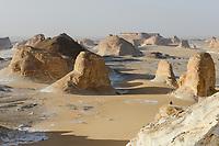 EGYPT, Farafra, Nationalpark White Desert, Naqb As Sillim - Pass of the Stairs / AEGYPTEN, Farafra, Nationalpark Weisse Wueste, durch Wind und Sand geformte Kalkfelsen