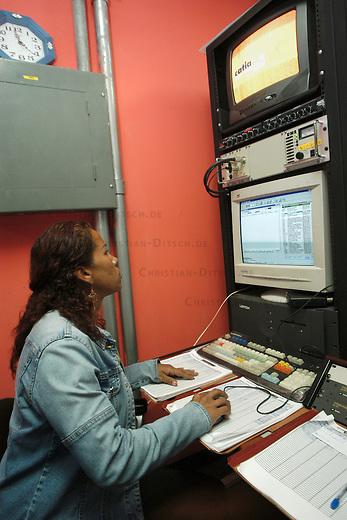 Catia-TVe in Caracas<br /> Das Gemeindefernsehen ist seit 2001 taeglich auf Sendung. Gegruendet wurde das Projekt als Stadtteilinitiative bereits 1991. Catia-TVe berichtet fuer die Basis und von der Basis.<br /> Sogenannte Gemeindesender gibt es in jeder groesseren Stadt in Venezuela, sie werden staatlich gefoerdert.<br /> Hier: Die Senderegie. Hier wird die Abfolge der Sendungen und der Sendeplan ueberwacht.<br /> 10.11.2004, Caracas / Venezuela<br /> Copyright: Christian-Ditsch.de<br /> [Inhaltsveraendernde Manipulation des Fotos nur nach ausdruecklicher Genehmigung des Fotografen. Vereinbarungen ueber Abtretung von Persoenlichkeitsrechten/Model Release der abgebildeten Person/Personen liegen nicht vor. NO MODEL RELEASE! Nur fuer Redaktionelle Zwecke. Don't publish without copyright Christian-Ditsch.de, Veroeffentlichung nur mit Fotografennennung, sowie gegen Honorar, MwSt. und Beleg. Konto: I N G - D i B a, IBAN DE58500105175400192269, BIC INGDDEFFXXX, Kontakt: post@christian-ditsch.de<br /> Bei der Bearbeitung der Dateiinformationen darf die Urheberkennzeichnung in den EXIF- und  IPTC-Daten nicht entfernt werden, diese sind in digitalen Medien nach §95c UrhG rechtlich geschuetzt. Der Urhebervermerk wird gemaess §13 UrhG verlangt.]