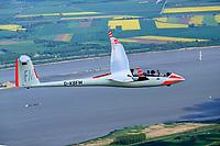 Segelflugzeug vom Typ Duo Discus über der Elbe: Deutschland 11.05.2019: Segelflugzeug vom Typ Duo Discus über der Elbe