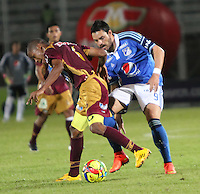 IBAGUE -COLOMBIA, 9-NOVIEMBRE-2014. Sebastian Pinto  (Der)  de Millonarios disputa el balon con Wilmar Barrios del Deportes Tolima . Partido por la fecha 18 de la Liga Postobón 2014- II , jugado en el estadio Manuel  Murillo Toro de la ciudad de Ibague./ Sebastian Pinto of Millonarios  fights  the ball against  Wilmar Barrios  of Deportes Tolima. Match of  Party date 18th  2014 Postobón League II   played  Manuel Murillo Toro stadium in Ibague city.Photo / VizzorImage / Andrew Indell / Staff