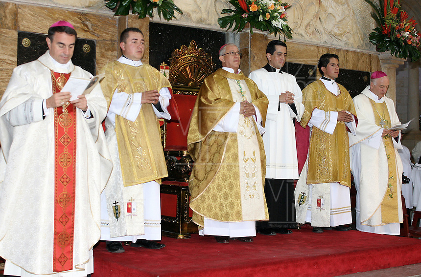 TUNJA -COLOMBIA. 06-06-2015. Acto de posesión de Monseñor Misael Vacca Ramírez en la Diócesis de Duitama / Sogamoso./ Act of possession Bishop Misael Vacca Ramirez in the Diocese of Duitama / Sogamoso. Photo:  VizzorImage/ José Miguel Palencia / Cont
