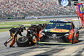 Monster Energy NASCAR Cup Series<br /> AAA Texas 500<br /> Texas Motor Speedway<br /> Fort Worth, TX USA<br /> Sunday 5 November 2017<br /> Martin Truex Jr, Furniture Row Racing, Bass Pro Shops / Tracker Boats Toyota Camry, makes a pit stop.<br /> World Copyright: John K Harrelson<br /> LAT Images