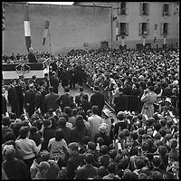 Sous-Préfecture de Figeac (46), Place Vidal. 17 Mai 1962. Vue d'un photographe lors du discours du Général de Gaulle.