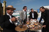 Afrique/Afrique du Nord/Maroc/Essaouira: L'heure Bleue, Palais, Relais et Château - François Laustriat directeur avec son chef  Ahmed Andour et son équipe sur la terrasse de l'Hôtel avec sa piscine et en fond la médina