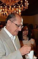 SÃO PAULO, 14 DE DEZEMBRO DE 2011 - PREMIO MELHORES CAFÉS DE SÃO PAULO - Governador do Estado Geraldo Alckmin ao lado da primeira dama Lu Alckmin e da Secretária de Agricultura e Abastecimento Monica Bergamaschi degustam café com produtores durante cerimonia de Premio Melhores Cafes de Sao Paulo, no Palácio dos Bandeirantes na manha desta quarta-feira, 14. (FOTO: ALEXANDRE MOREIRA / NEWS FREE)