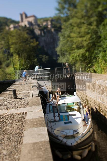 Europe/France/Midi-Pyrénées/46/Lot/Saint-Cirq-Lapopie: Navigation fluviale sur la vallée du Lot à l'écluse  Auto N°: 2008-213  Auto N°: 2008-214  Auto N°: 2008-217  Auto N°: 2008-216 - Les Plus Beaux Villages de France
